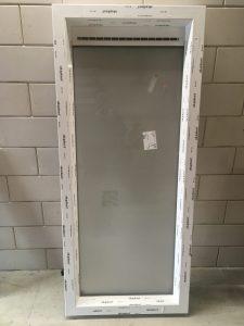 Aluplast kunststof kozijn verdiept nl 120mm hollands profiel wit met ventilatie rooster thm 90 renson beglazing mat glas voor een badkamer